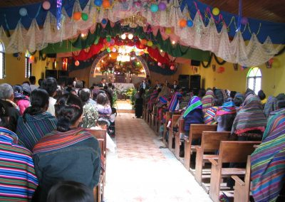 Culto in a charismatic Catholic congregation. Note the large speakers to the left and right of the dais. Courtesy of Gilbert Bradshaw, 2003.