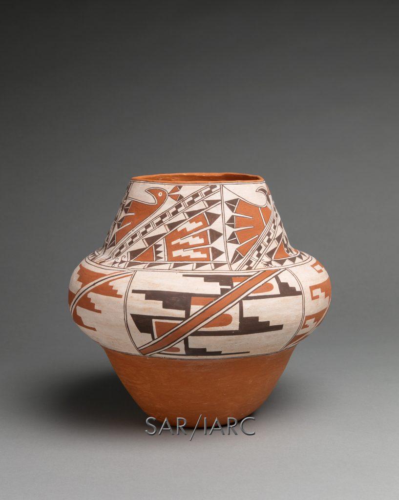 Water jar (k'yabokya de'ele), Timothy Edaakie (Zuni Pueblo), 2019, clay paints. Cat. no. SAR.2020-2-2. Photo by Addison Doty.